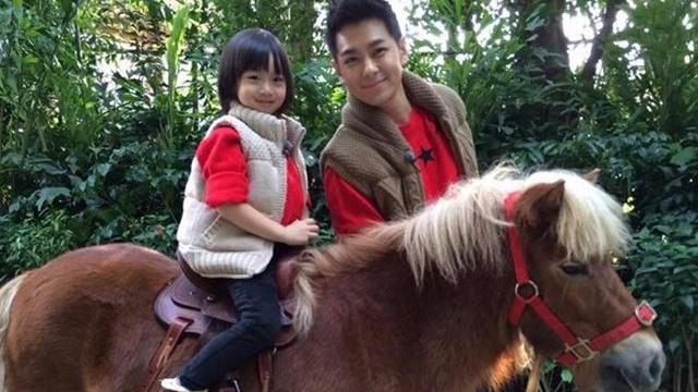时光飞逝,7岁的Kimi学会骑马了