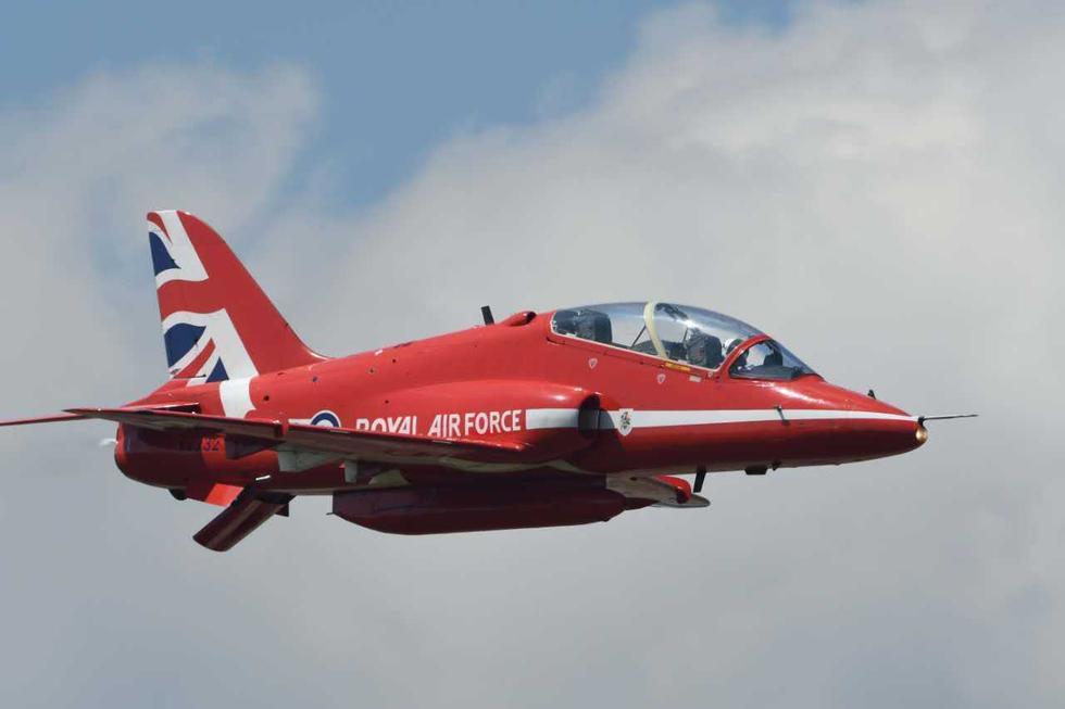 英国红箭飞行表演队表演飞机拉红色尾烟
