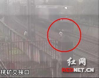 5名熊孩子比谁在火车最近时跳离 逼停火车7分钟