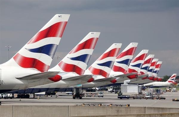 高速滑行时 总的来说,飞机控制滑行的方向有两种方式,一种是用脚,一种是用手。现在,咱们先来说用脚的方式。 垂直尾翼的作用很好理解,它跟水平尾翼一起,构成了一个类似飞镖尾巴的结构,客机在空中飞行时,尾翼能保持飞机的航向稳定,不随风摇摆,翻跟斗。本文是在探讨客机在跑道上滑行时如何拐弯,之所以说尾翼,这是因为,垂直尾翼上还有一个构件,而这个构件能控制客机的方向,它就是飞机上的方向舵。 方向舵,顾名思义,只要控制方向舵的偏向,我们就能让客机拐弯了,方向舵不止客机上有,战斗机也有。那么,怎么控制方向舵的摇摆呢?用