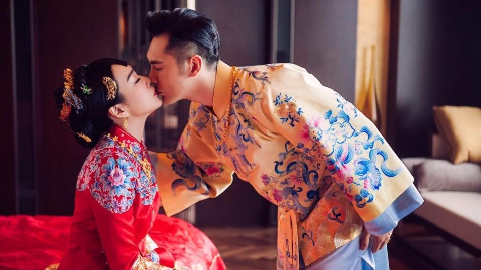 钟丽缇中式婚纱曝光  与张伦硕甜蜜亲吻