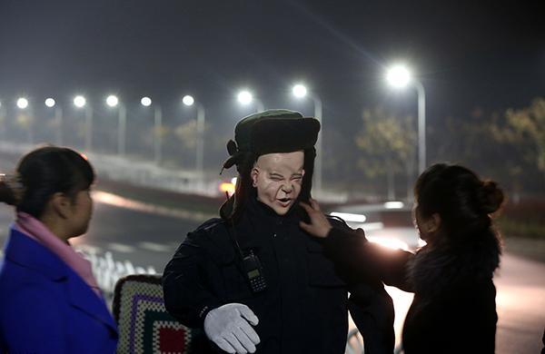 河南一墓地安排机器人保安夜间巡逻,为女子守墓队员壮胆