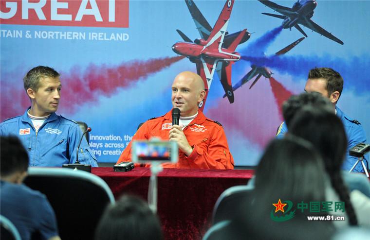 """英国""""红箭""""飞行员:中国的歼-20谁飞谁自豪"""