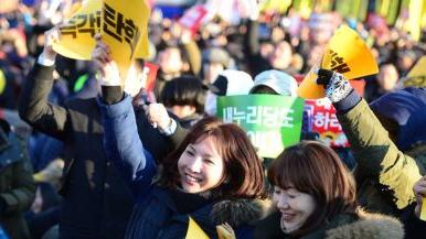 总统弹劾案通过 韩国民众喜极而泣