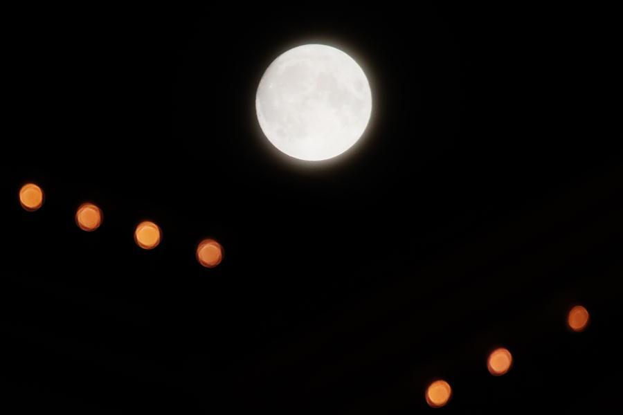 """""""超级月亮""""再现夜空"""