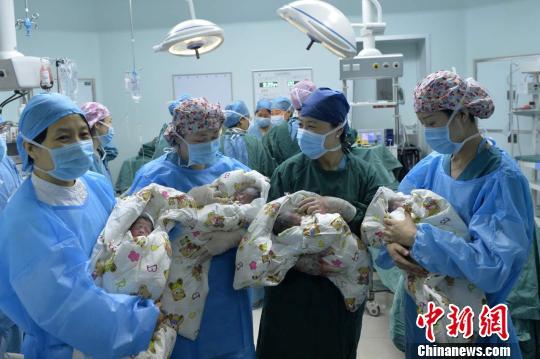山西80后产妇生下罕见单卵四胞胎 属自然受孕