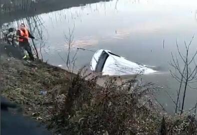 湖北鄂州一车辆落入湖中 已致18人死亡