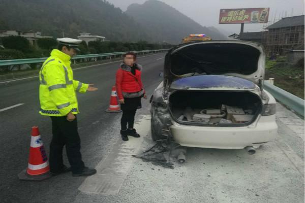 高速路上马自达自燃 女司机只顾电话求助忘灭火