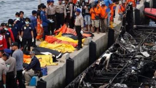 印度尼西亚警方2日说,一艘渡轮元旦起火造成至少23人死亡,而初步调查显示,船长很可能抢先弃船逃生、不顾大约250名乘客的死活。 警方现已拘留这名船长,并就此事展开彻查。如果证实船长弃船逃命,印尼当局将对他实施法律制裁。 【拘留船长】 印度尼西亚一艘渡轮1日在首都雅加达附近海域起火,造成23人死亡,数十人受伤。据幸存者描述,当时船舱内浓烟弥漫,乘客们陷入恐慌、争抢救生衣,其中不少人跳海逃生。 据当地多家媒体报道,船长在渡轮起火后头一个弃船逃命,丢下满船大约250名乘客不顾,在海上漂流一段时间后,最终获救