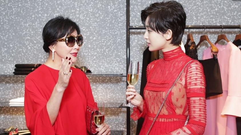 刘嘉玲娜扎穿红裙同框 谁比谁更美丽