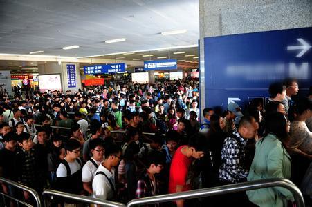 铁路节前客流高峰杀到 安检排长龙多人需改签