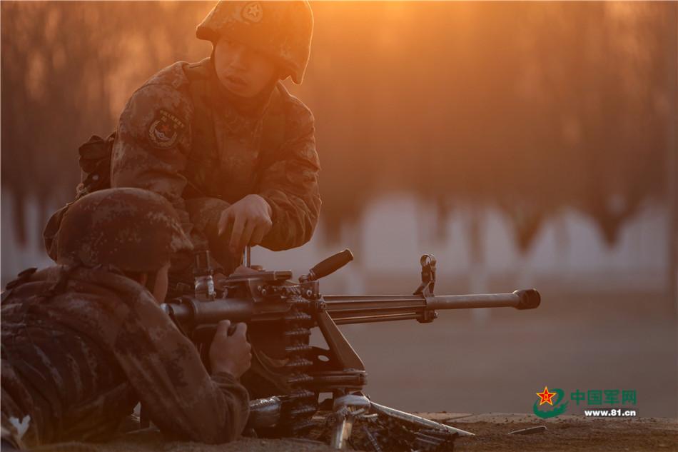 【冬训】重高机枪夕阳下射击场景美如画