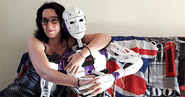 女子与同居一年机器男友订婚,人机恋讲述现实西部世界