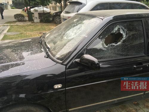 被砸坏的车辆