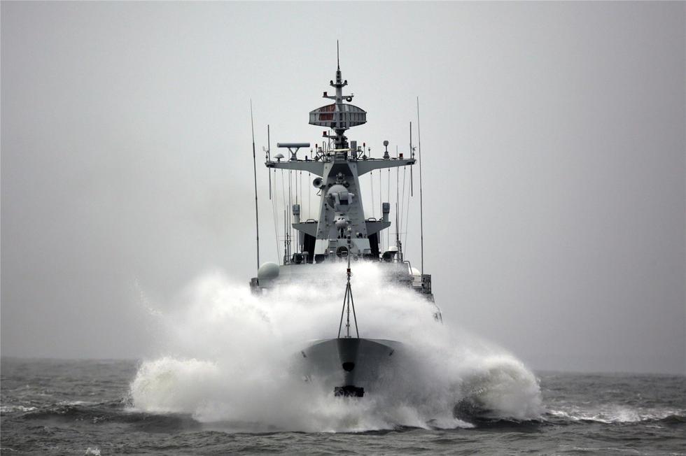 组图:中国海军056型轻护卫舰高海况下乘风破浪