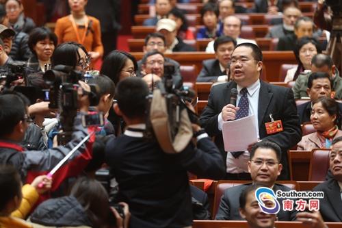 """省政协大会发言开始 各路委员上演""""抢麦""""大战"""