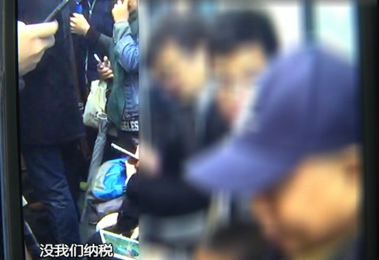 广州一老人早高峰带孙子坐地铁 遭男子拳脚相加