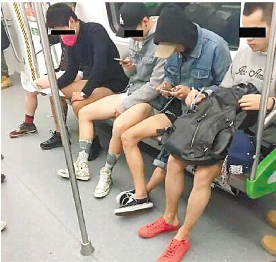 杭州地铁10个男生当众脱裤 大伯大妈一脸懵
