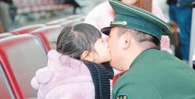 各地武警官兵服务春运 小乘客亲吻感谢