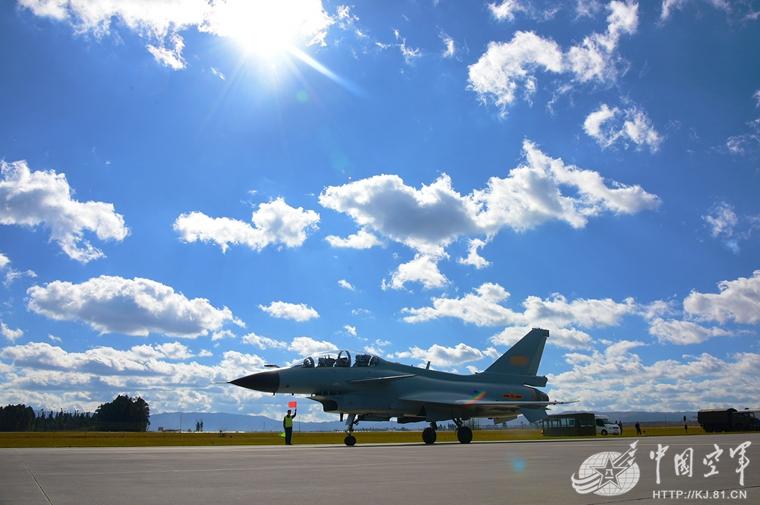 高清:歼10战机蓝天白云下守卫西南边境