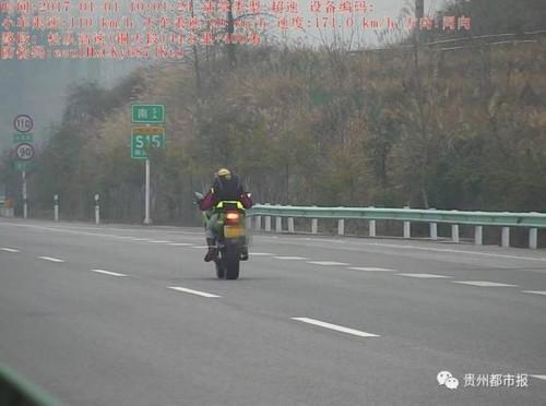 实力作死!摩托骑手高速公路上飙出171公里/小时!