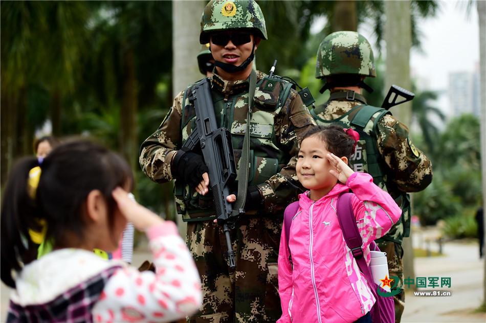 """组图:年关将至,""""围观""""兵哥执勤带给市民的新乐趣"""