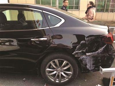 新手司机买新车上牌 没开出车管所就连撞两豪车