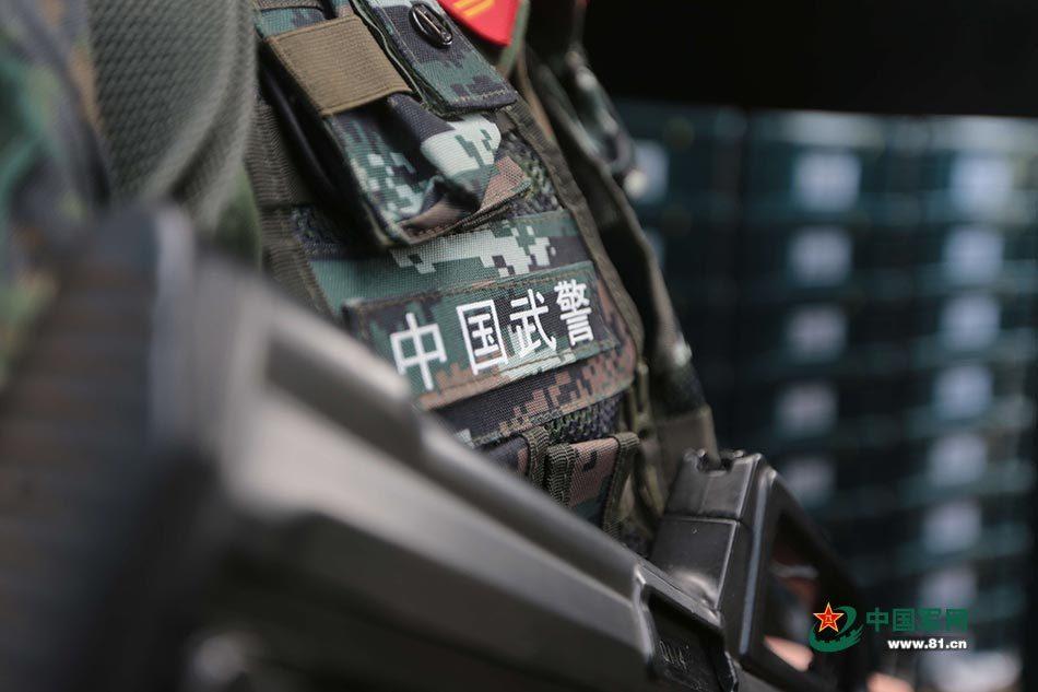组图:记者6天5夜实录 武警押运兵的神秘生活