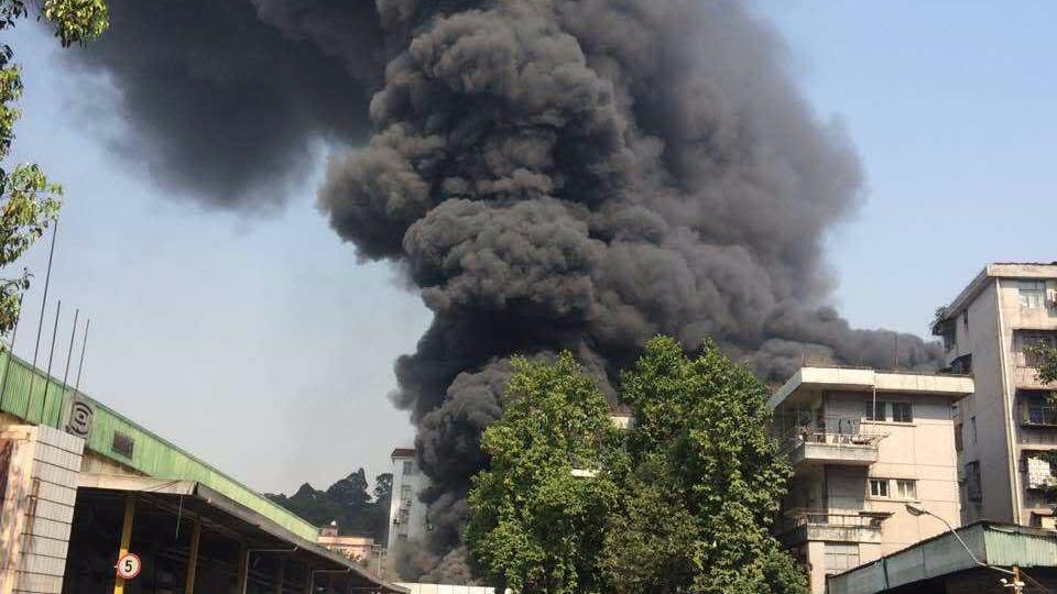 广州黄埔港前路突发大火 记者发回现场视频:火势凶猛
