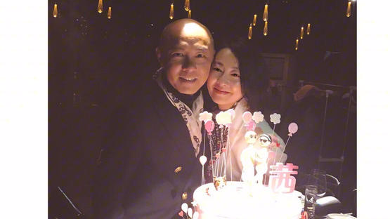 张卫健给老婆张茜庆生 家人好友齐祝贺一脸幸福