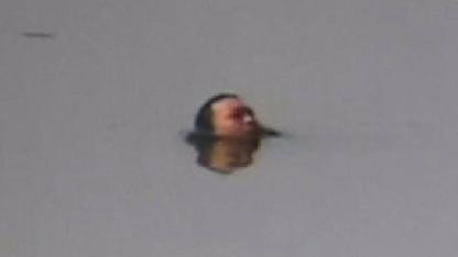 男子拌嘴赌气跳河:头浮在水上面,表情却异常冷静