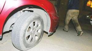男子戳爆十车车胎:眼红别人有汽车 自己只有电动车