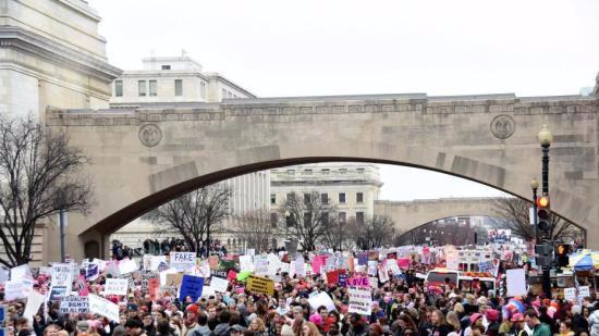 特朗普上任满月遭抗议 未来执政之路不平坦