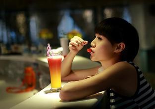 """你在丽江酒吧艳遇的""""白富美"""" 其实是男子假扮的图片"""