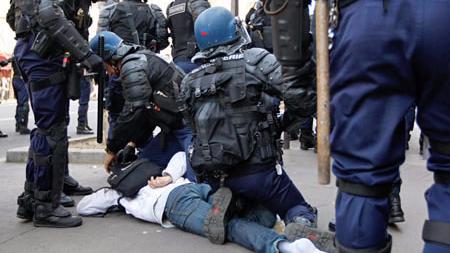 巴黎学生抗议警察暴力执法引发冲突 40人被拘捕