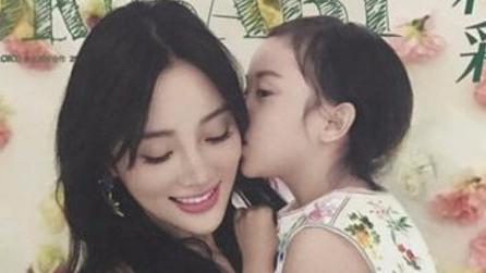 李小璐与女儿拍写真 甜馨小尖下巴抢镜