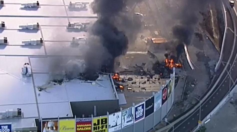 澳大利亚一载5人飞机撞商场后坠毁 现场浓烟滚滚