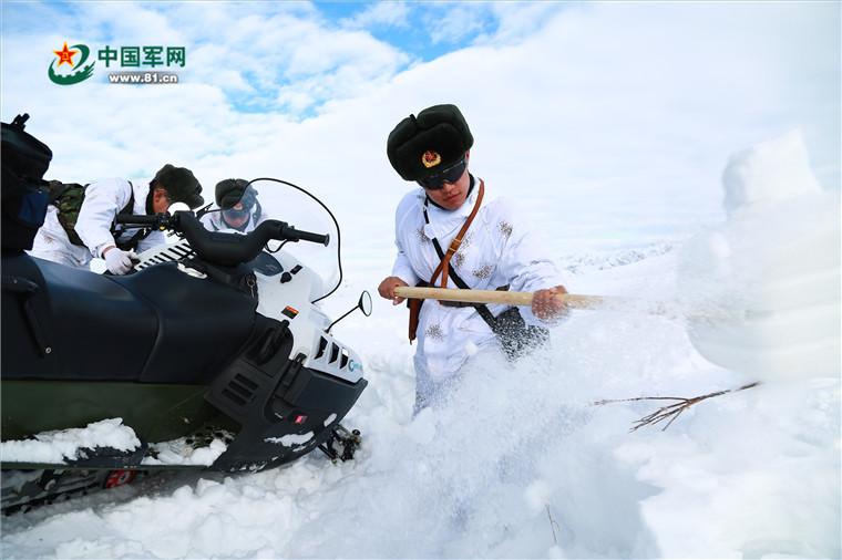 风雪边关,边防连官兵踏雪巡逻