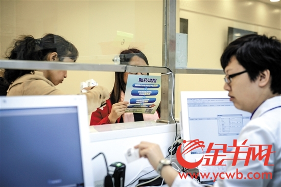 目前患者还需在医院窗口排队取药。下月开始,在广州市妇儿医疗中心就诊后,可凭处方单到指定药店取药