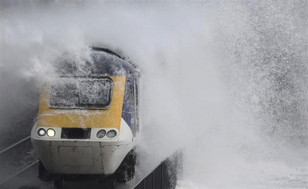 世界最惊险海岸铁路:火车破浪前行