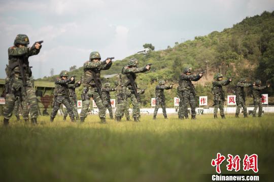 """武警普洱支队强化实战快速射击训练 练就""""快枪手"""""""