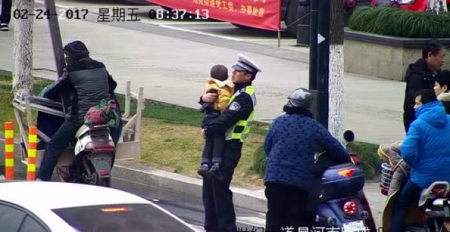 女子被撞 交警抱娃指挥交通