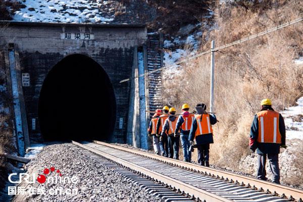 【网络媒体走转改】幽暗隧道里的安全卫士——京通铁路上的打冰人