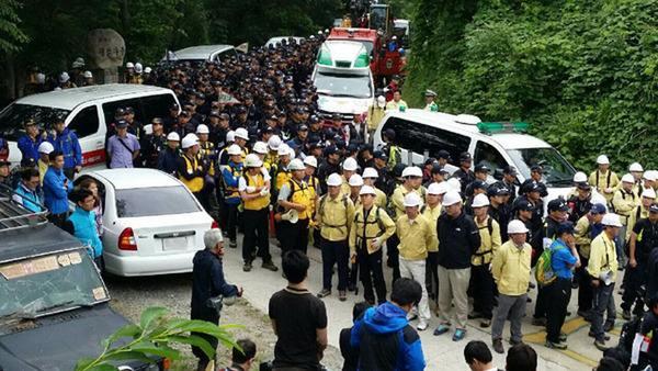 韩星州民众与警方对峙 阻拦