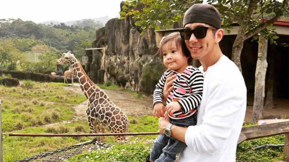 修杰楷牵女儿逛动物园 咘咘有了姐姐范儿