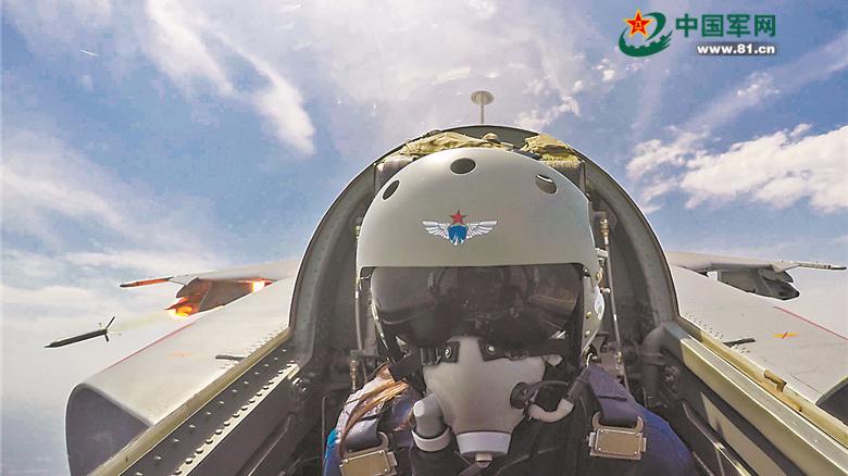 空军第十批女飞行学员首次完成单飞训练任务