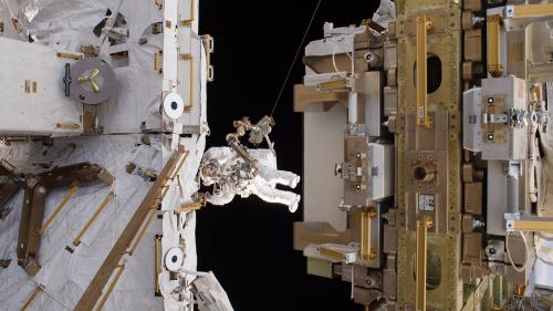 国际空间站宇航员太空行走 持续6小时34分钟