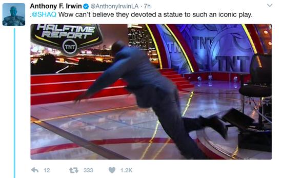鲨鱼提前晒雕像激动不已 遭恶搞:是扣篮还是摔倒?