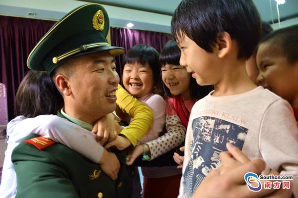 广东海警官兵与小萌娃成最佳CP