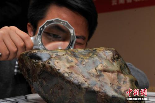 """男子买33吨""""陨石""""求婚 真的?有辐射? 真相在这"""
